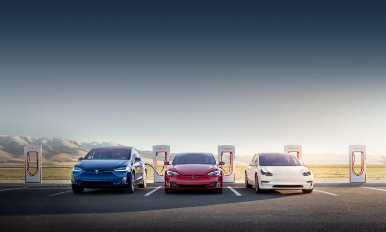 שלושה רכבים של טסלה מחוברים לעמדות סופר מהירות של החברה