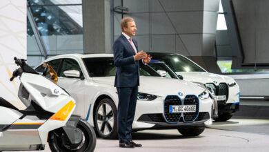 מנכ״ל BMW אוליבר ציפסה עם רכבים חשמליים מאחוריו