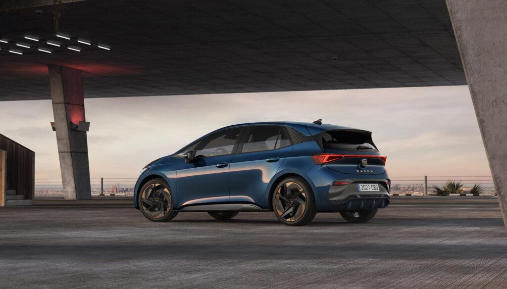 קופרה בורן החשמלית החדשה בצבע כחול מבט מצד הרכב