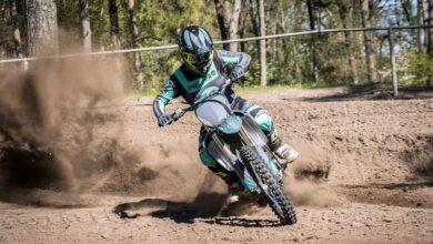אופנוע חשמלי EMX Pro על מסלול שטח