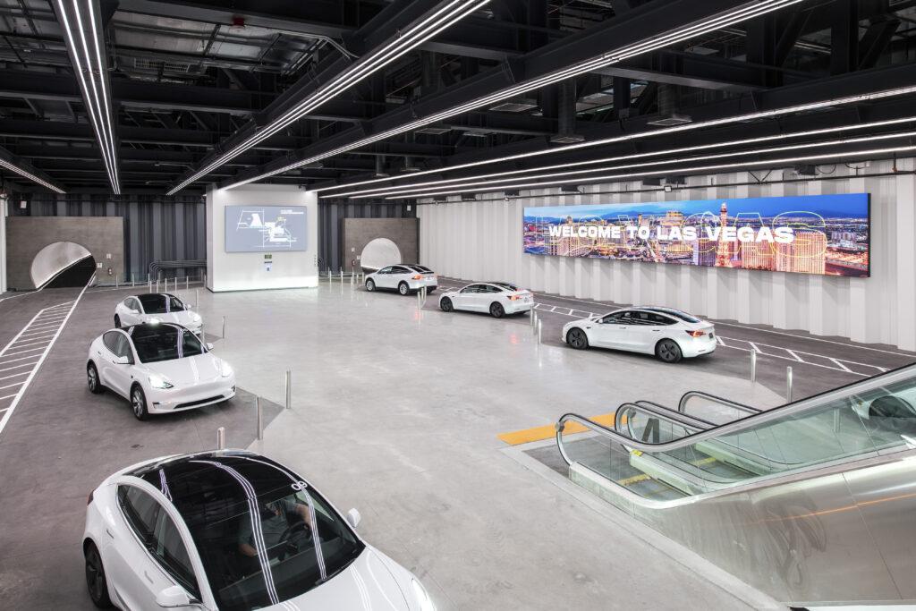 תחנה של הלופ עם רכבי טסלה בצבע לבן שמחכות לנוסעים