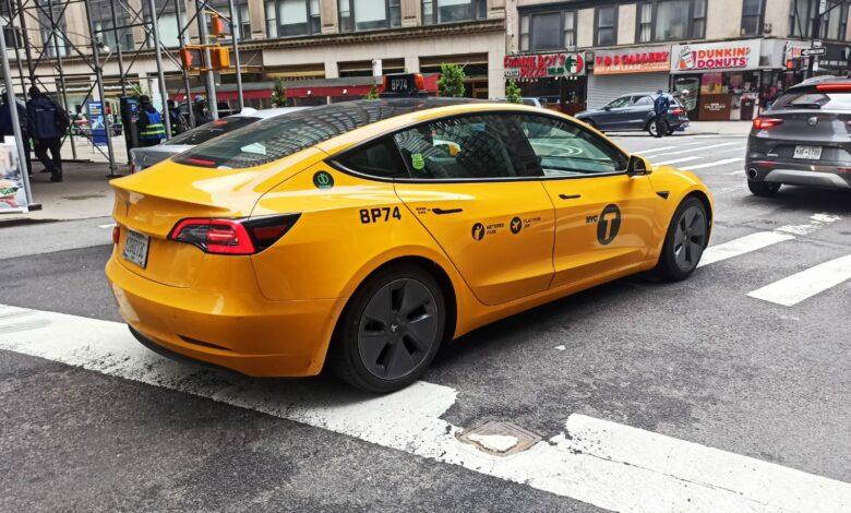 מונית חשמלית מסוג טסלה מודל 3 בצבע צהור ברחובות ניו-יורק