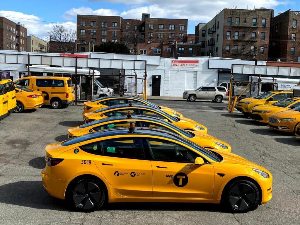 צי של מוניות מסוג טסלה מודל 3 בצבע צהוב בניו-יורק