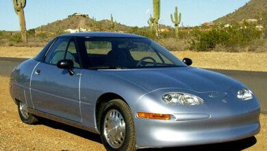 רכב חשמלי EV1 של ג׳נרל מוטורס משנות התשעים בצבע אפור