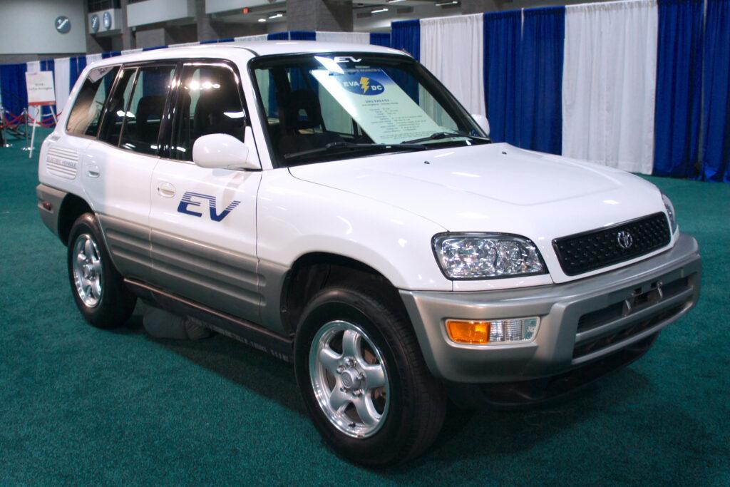 טויוטה RAV4 חשמלי משנת 2002 בתערוכה בשנת 2012