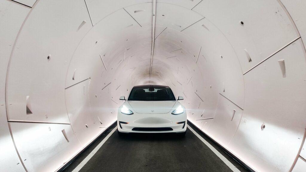 טסלה מודל 3 בצבע לבן בנסיעה במנהרת הלופ בלאס וגאס