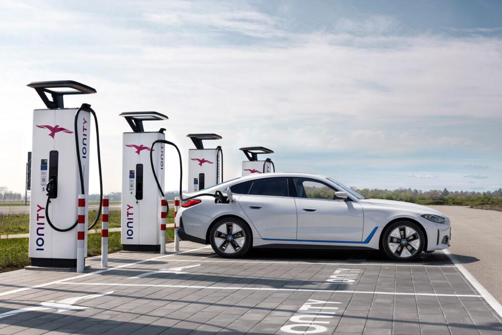 ב.מ.וו. i4 מחוברת לעמדת טעינה לרכב חשמלי של IONITY