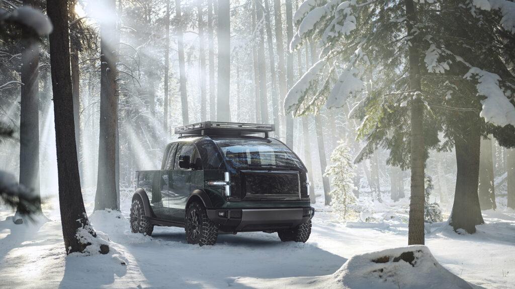 טנדר חשמלי חדשני של חברת Canoo בנסיעה בשלג