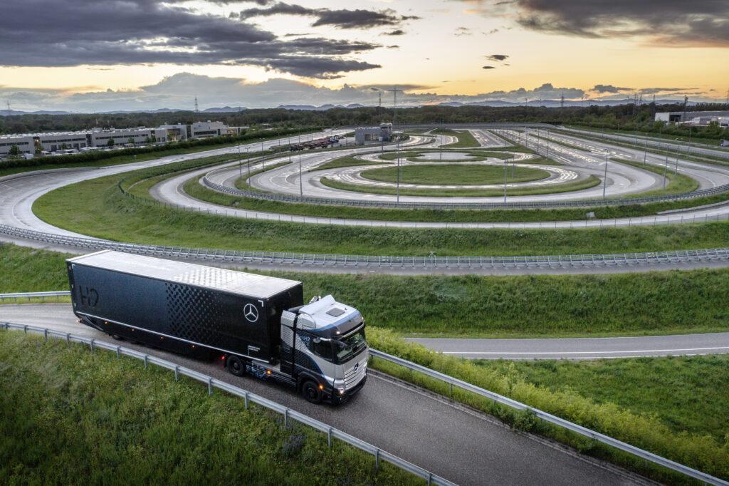 משאית חשמלית מבוססת מימן דיימלר GenH2 על הכביש