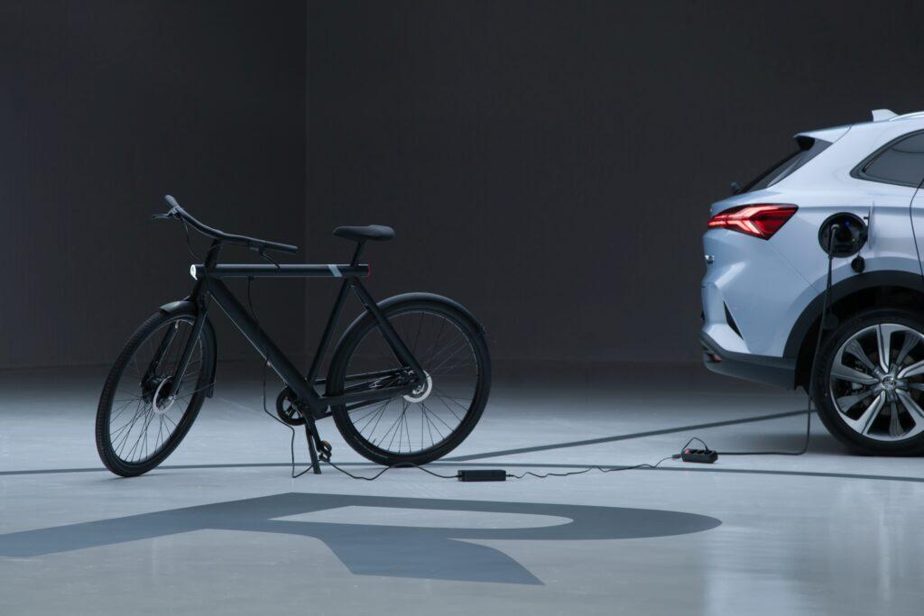 אופניים חשמליים מחוברים ל-MG מארבל R ונטענים מהרכב