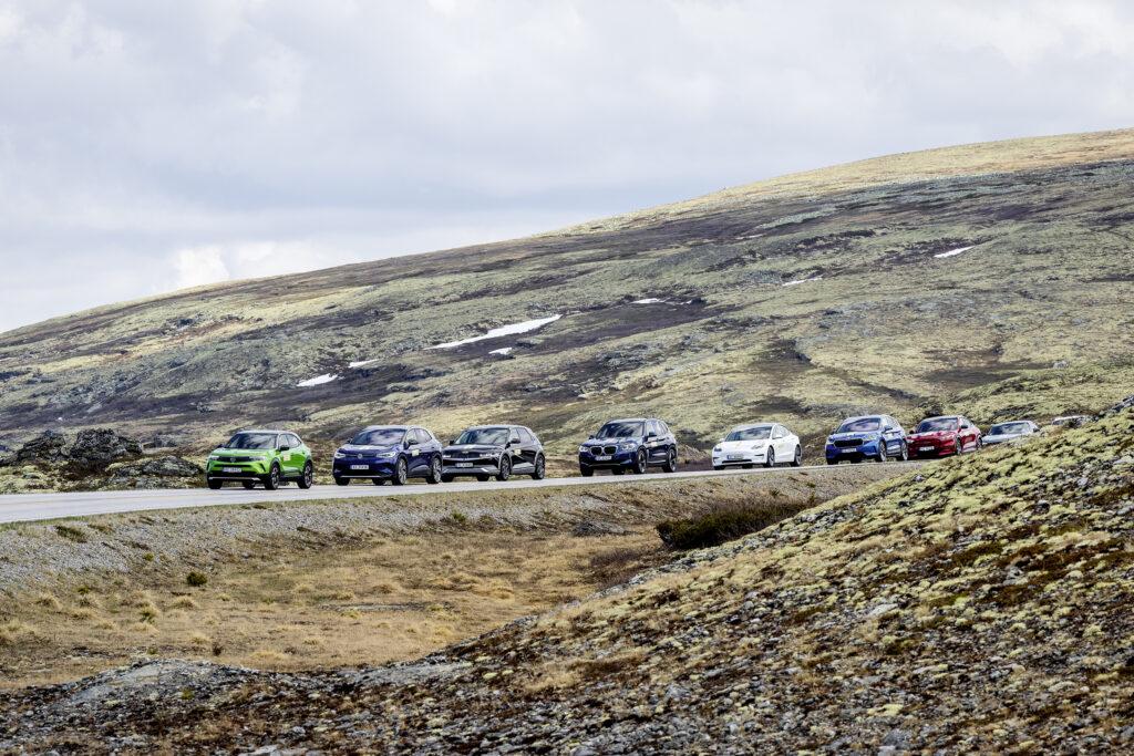 שיירה של רכבים חשמליים בנסיעה בכביש בנורווגיה