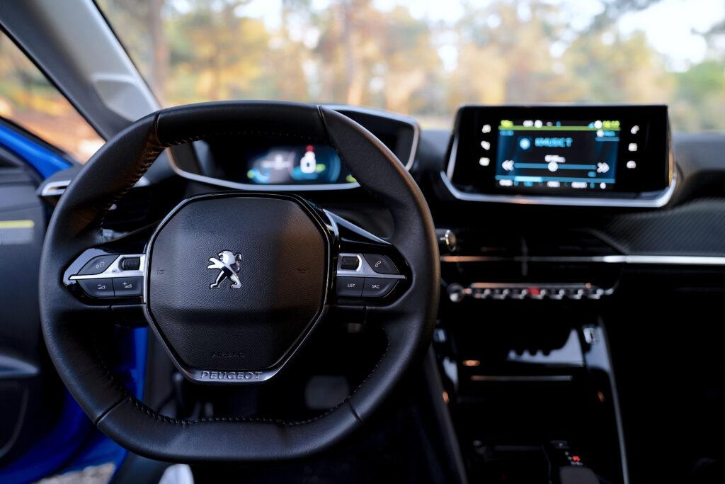סביבת הנהג בפיג׳ו e-208 החשמלית