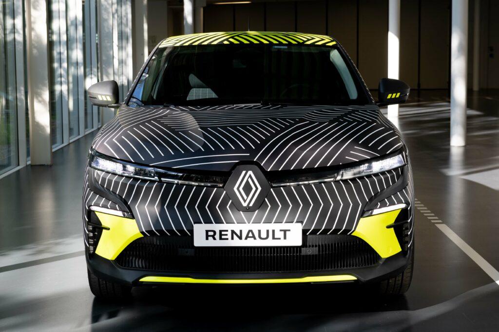 קדמת הרכב של הרנו מגאן E Tech בצבעים שחור וצהוב