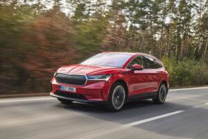 סקודה אניאק חשמלית בצבע אדום בנסיעה בכביש בין עירוני