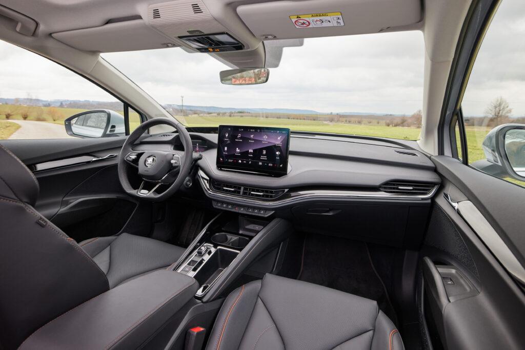 פנים הרכב וסביבת הנהג של סקודה אניאק עם מסך מולטימדיה בין המושבים הקדמיים