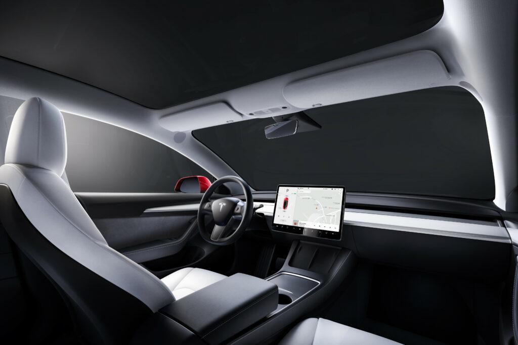 פנים הרכב, לוח המחוונים וסביבת הנהג של הטסלה מודל 3 עם מסך גדול של 15 אינטש במרכז הרכב