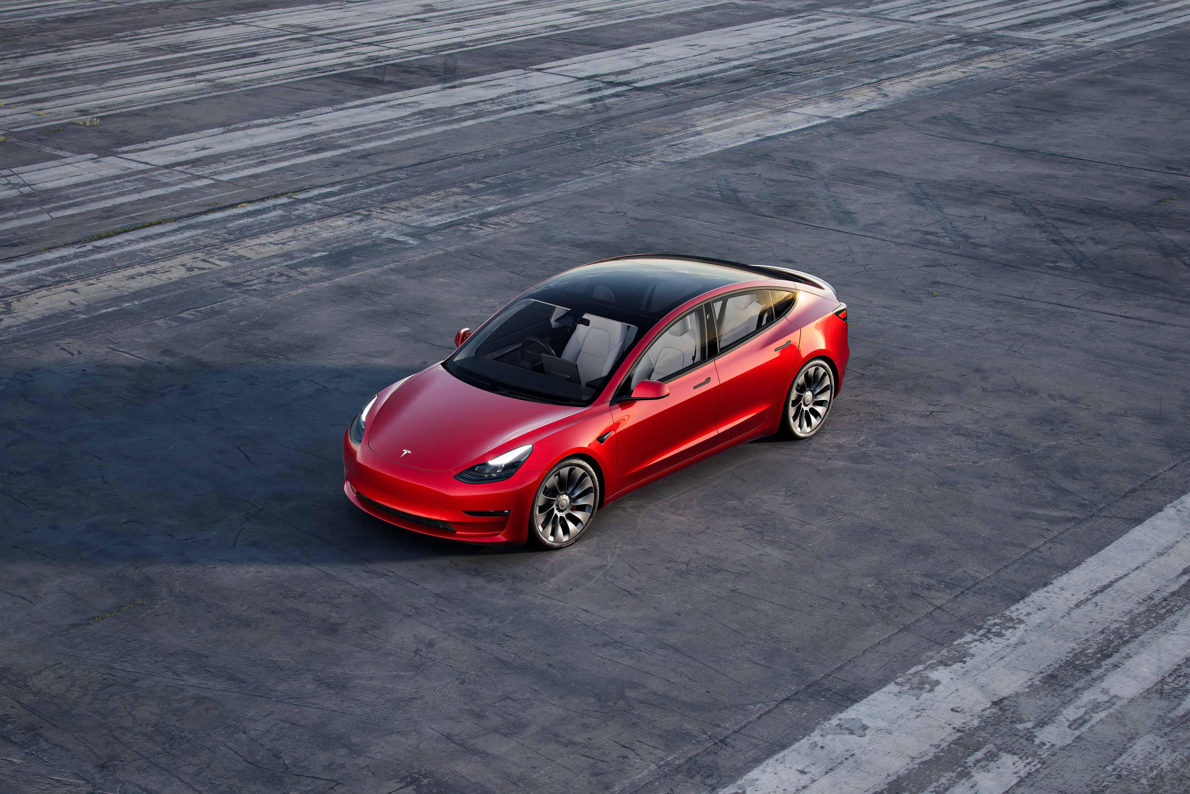 טסלה מודל 3 גרסת 2021 בצבע אדום