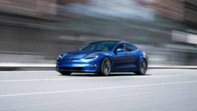 טסלה מודל S החדשה בצבע כחול בנסיעה מהירה בכביש