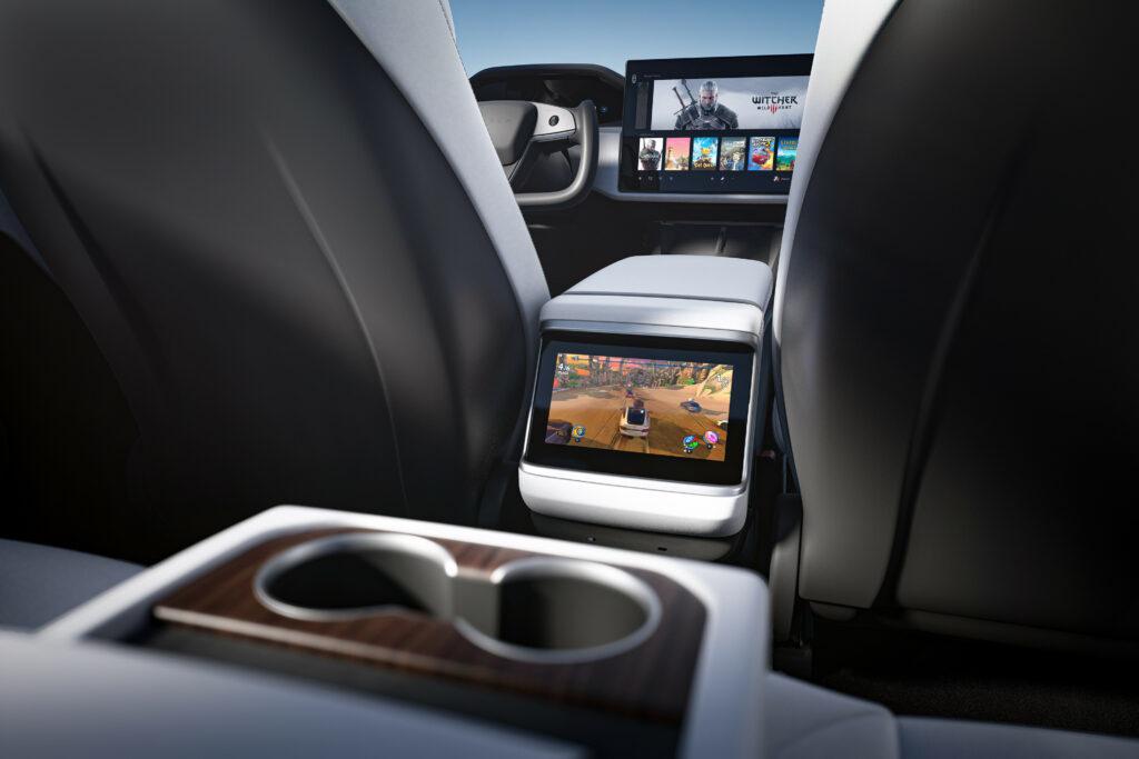 מסך מולטימדיה גם לנוסעים בטסלה מודל S