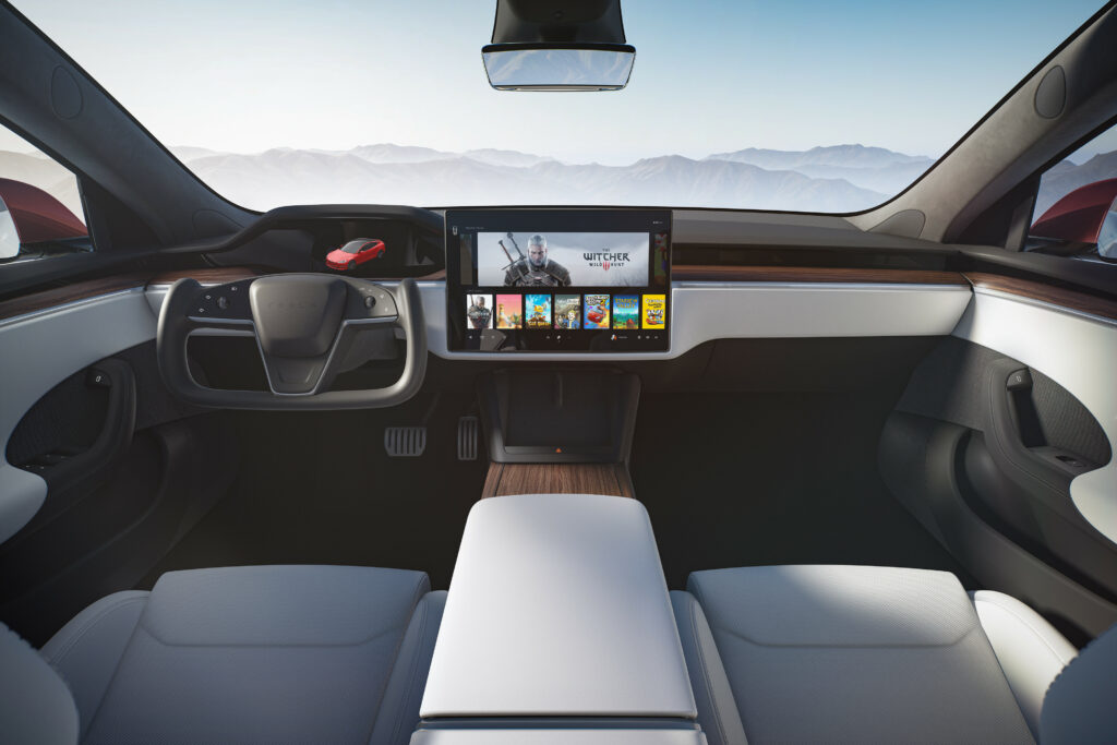 ההגה ומערכת המולטימדיה של טסלה מודל S בגרסת 2021 החדשה