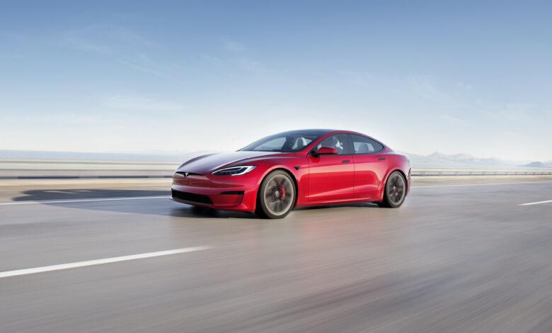 טסלה מודל S גרסת 2021 בצבע אדום על הכביש