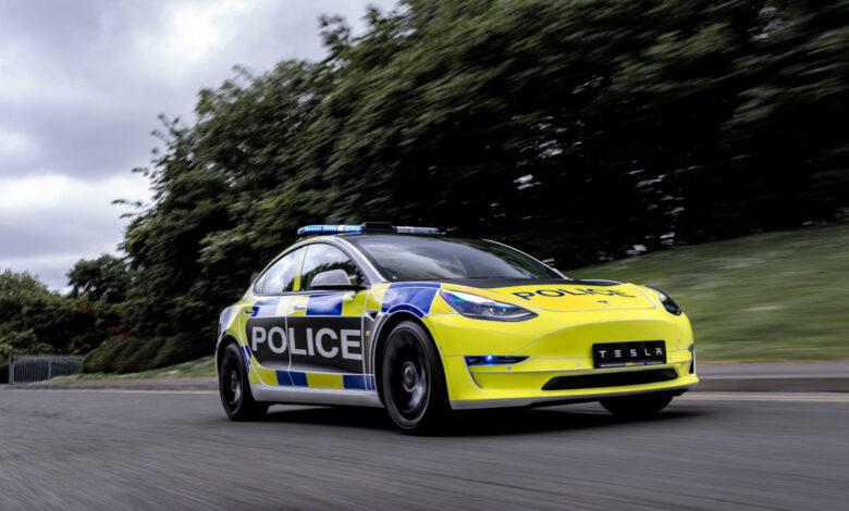 טסלה מודל 3 בצבעי המשטרה בבריטניה נוסעת על כביש
