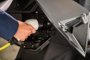 טעינה של האופנוע החשמלי החדש של BMW