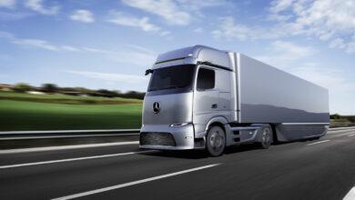 משאית חדשנית בצבע כסוף מהדור הבא של המשאיות החשמליות ומבוססות המימן של דיימלר