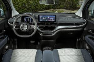 פנים הרכב של הפיאט 500e החשמלית החדשה