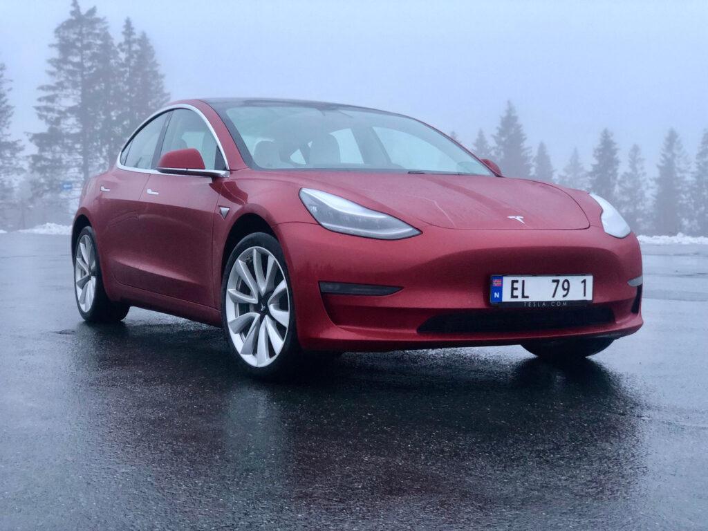 טסלה מודל 3 אדומה בחורף בנורווגיה