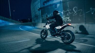 האופנוע החשמלי החדש של זירו FXE בנסיעה בכביש עירוני בלילה