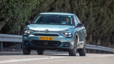 סיטרואן eC4 חשמלית בנסיעה על כביש בישראל
