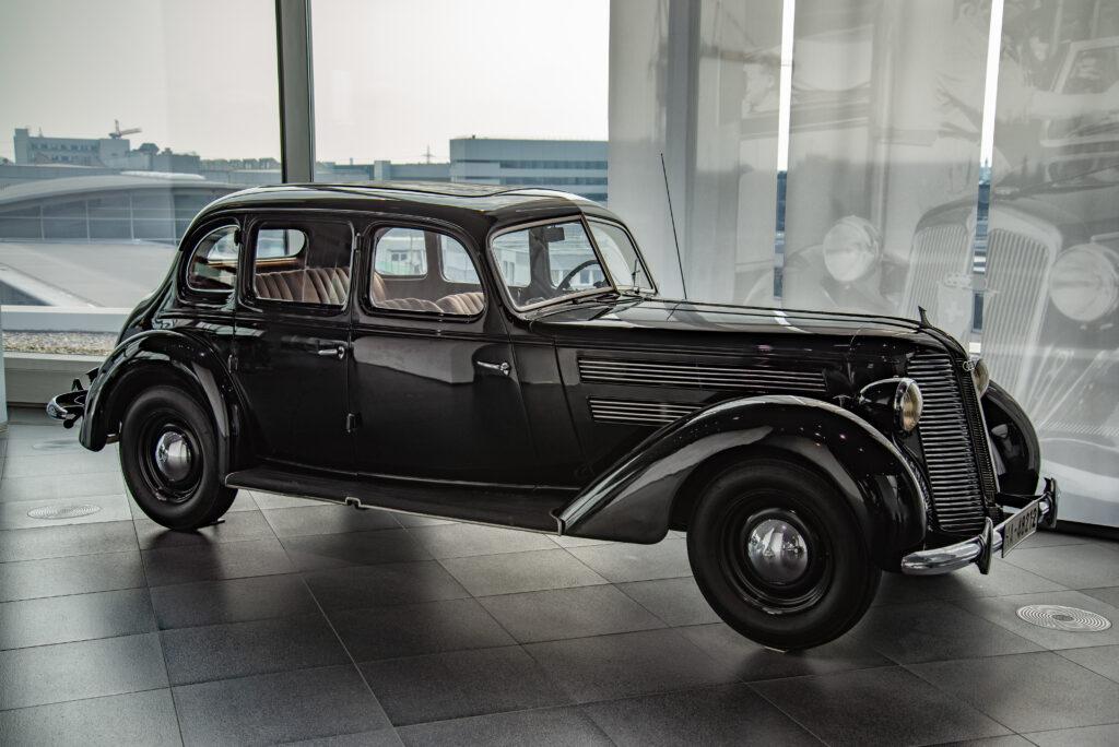 אאודי 920 שחורה משנות השלושים של המאה הקודמת במוזיאון אאודי בגרמניה