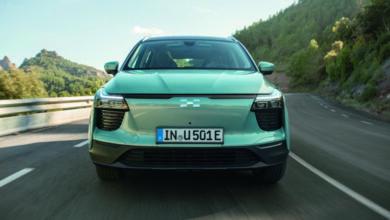 Aiways U5 חשמלי קדמת הרכב בזמן נסיעה על כביש בינעירוני