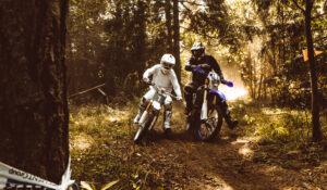 שני רוכבים בשטח עם אופנועי שטח חשמליים של חברת קייק