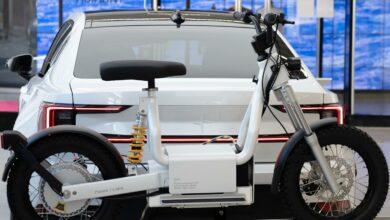 אופנוע חשמלי של CAKE מחובר לרכב פולסטאר 2