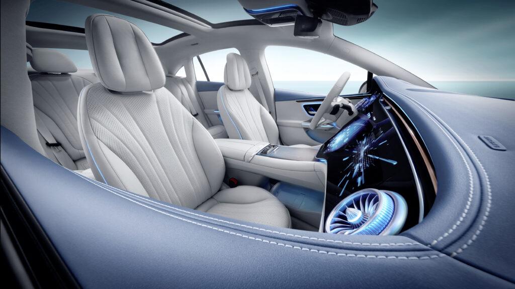 פנים הרכב וסביבת הנהג של המרצדס EQE 350 החדשה