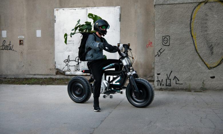 ב.מ.וו CE 02 חשמלי עם רוכב עליו