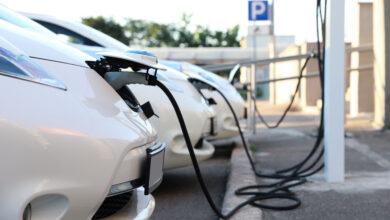 צי של רכבים חשמליים מחוברים לעמדות טעינה