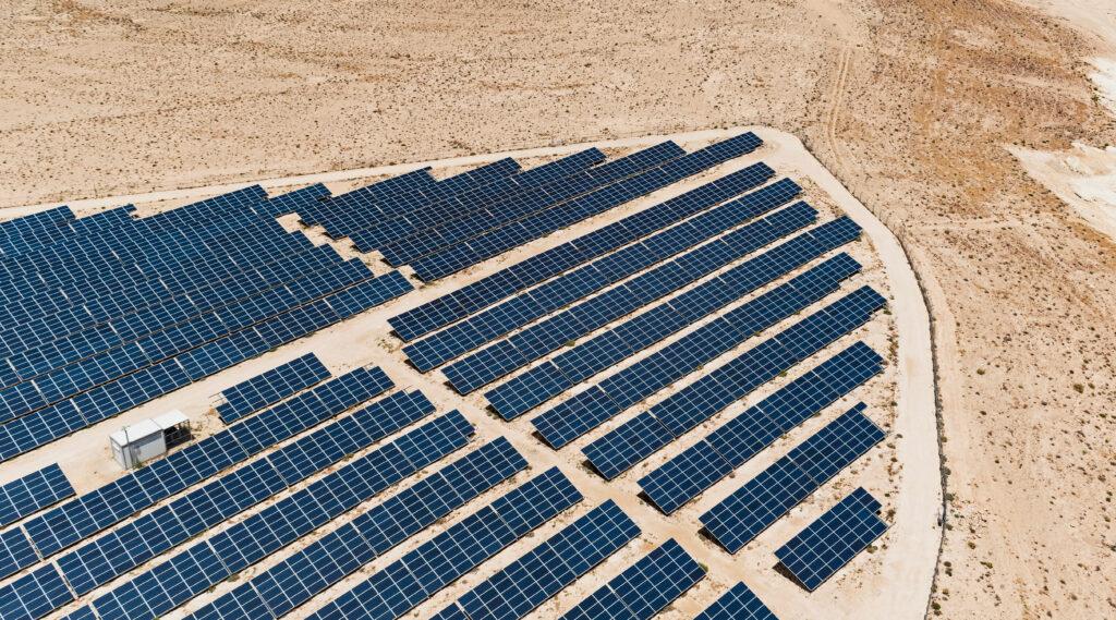 פאנלים סולארים כחולים כחלק מתחנת כוח פוטווולטאית ענקית במדבר בנגב, ישראל