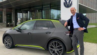 ראלף ברנדשטטר, מנהל מותג פולקסווגן, עומד ליד רכב חשמלי פולקסווגן ID.X בצבע אפור