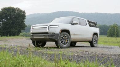 ריביאן R1T בצבע לבן בשטח במבחן דרכים של מוטור טרנד
