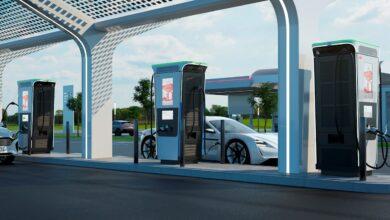 רכב חשמלי בתחנת טעינה עם מטענים מסוג ABB Terra 360