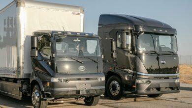 שתי משאיות חשמליות בצבע שחור של חברת BYD עומדות אחת ליד השניה