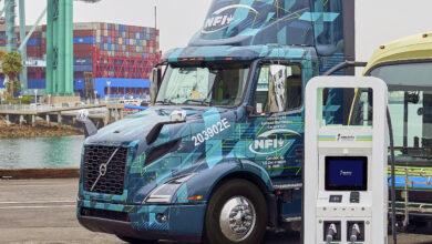 משאית חשמלית של וולוו ליד עמדת טעינה מהירה של Electrify America