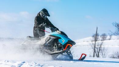 אופנוע שלג חשמלי אטלס של חברת טייגה בנסיעה בשטח